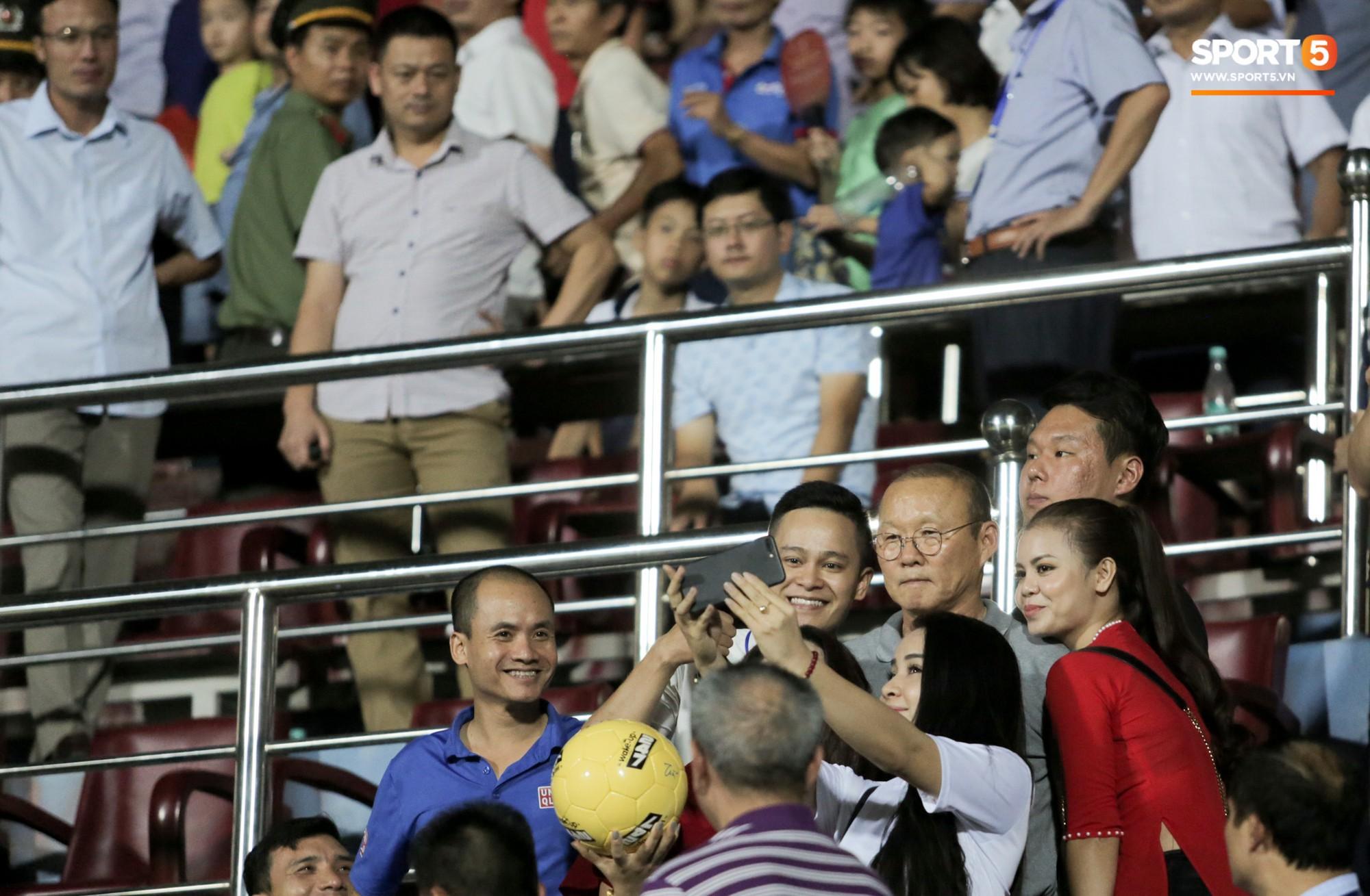 Được thầy Park an ủi, Đình Trọng vẫn buồn thiu khi đội nhà để thua đầy thất vọng - Ảnh 3.
