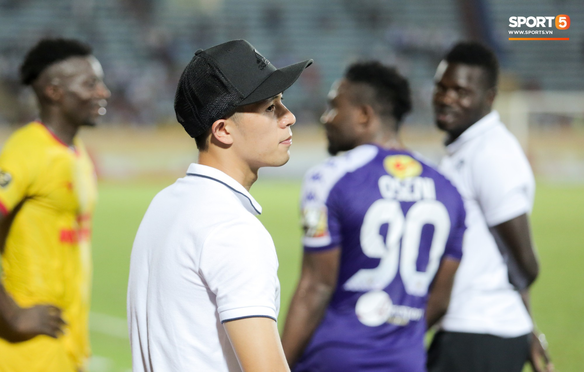 Được thầy Park an ủi, Đình Trọng vẫn buồn thiu khi đội nhà để thua đầy thất vọng - Ảnh 6.