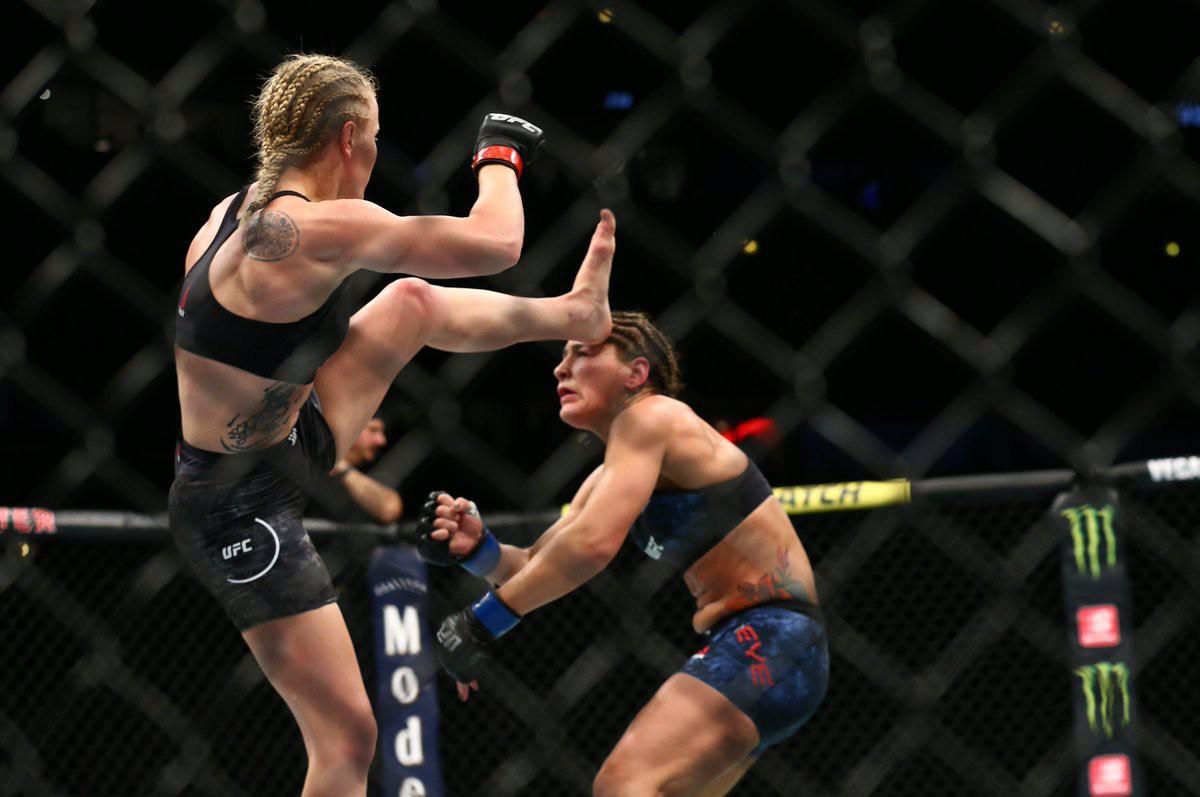 Troll đối thủ cực mạnh bằng việc mặc áo chống đạn, nữ võ sĩ gặp cái kết cực đắng - Ảnh 3.