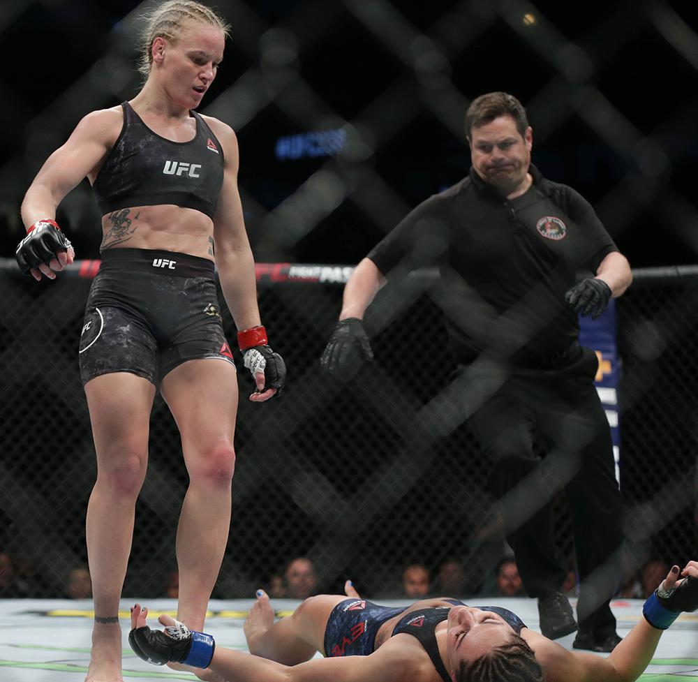 Troll đối thủ cực mạnh bằng việc mặc áo chống đạn, nữ võ sĩ gặp cái kết cực đắng - Ảnh 4.