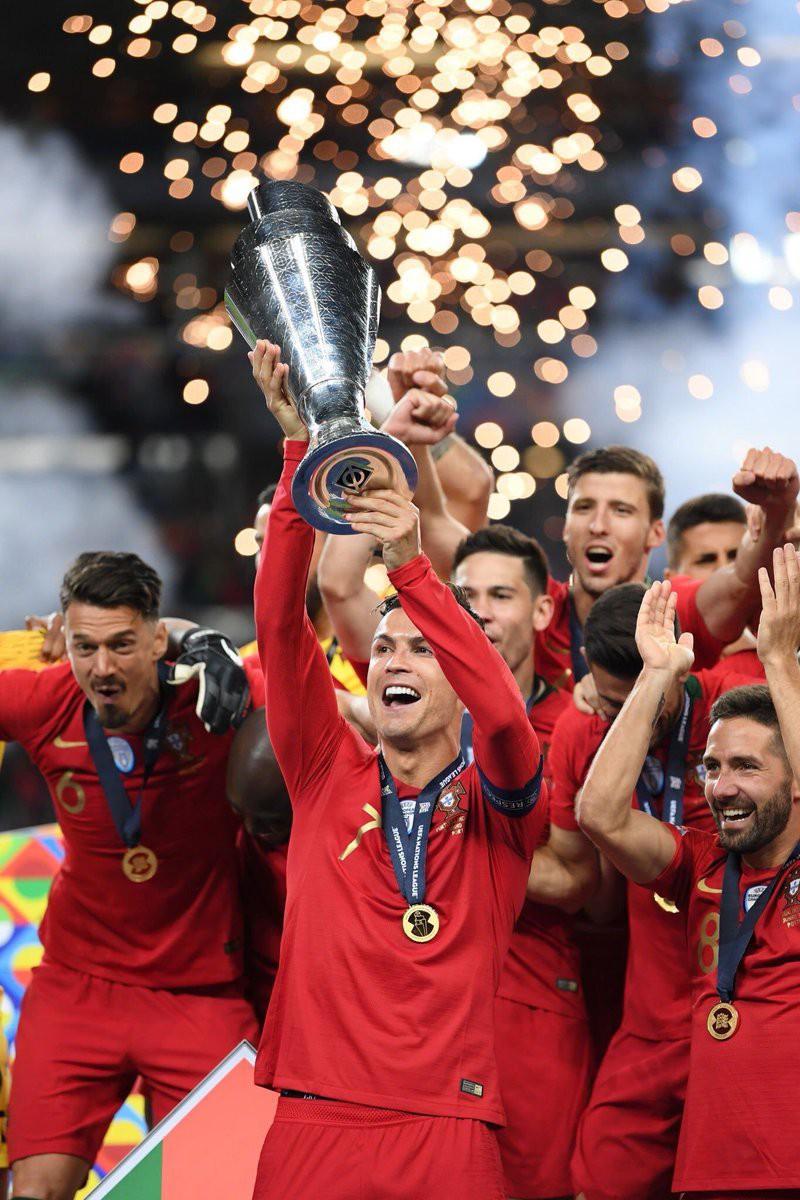 Biểu cảm hài hước của Ronaldo sau khi cùng đồng đội tuyển Bồ Đào Nha làm nên lịch sử ở UEFA Nations League - Ảnh 4.