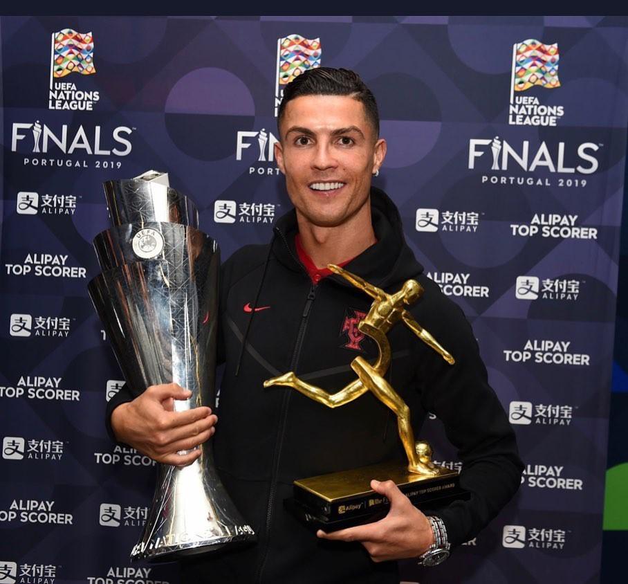 Chứng kiến Ronaldo thêm một lần nâng cúp, cô bạn gái xinh đẹp đã kịp đánh dấu chủ quyền bằng hành động chưa từng có này - Ảnh 3.