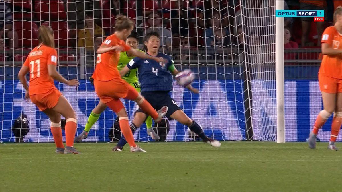 Còn hơn cả bóng đá: Xúc động khoảnh khắc các cô gái Nhật Bản đổ gục sau thất bại tiếc nuối nhưng cảm thấy ấm lòng hơn nhờ hành động này từ đối thủ - Ảnh 2.