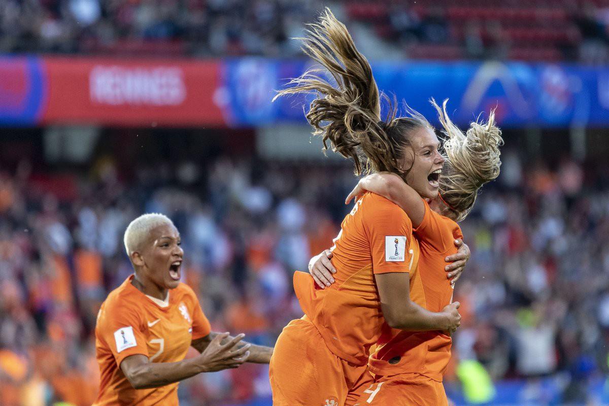 Còn hơn cả bóng đá: Xúc động khoảnh khắc các cô gái Nhật Bản đổ gục sau thất bại tiếc nuối nhưng cảm thấy ấm lòng hơn nhờ hành động này từ đối thủ - Ảnh 3.