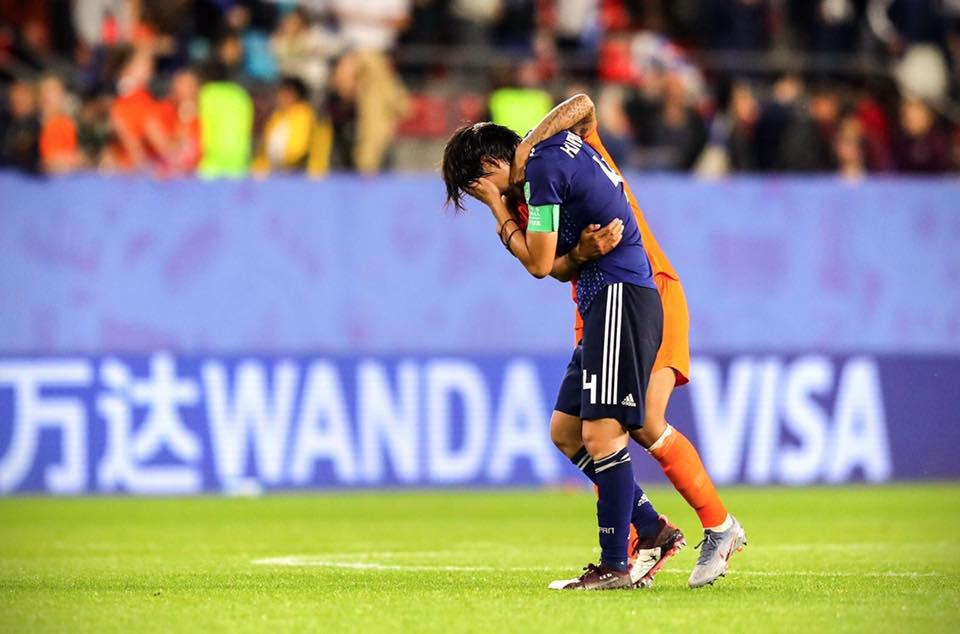 Còn hơn cả bóng đá: Xúc động khoảnh khắc các cô gái Nhật Bản đổ gục sau thất bại tiếc nuối nhưng cảm thấy ấm lòng hơn nhờ hành động này từ đối thủ - Ảnh 6.