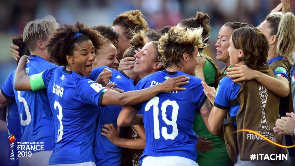 Còn hơn cả bóng đá: Xúc động khoảnh khắc các cô gái Nhật Bản đổ gục sau thất bại tiếc nuối nhưng cảm thấy ấm lòng hơn nhờ hành động này từ đối thủ - Ảnh 9.