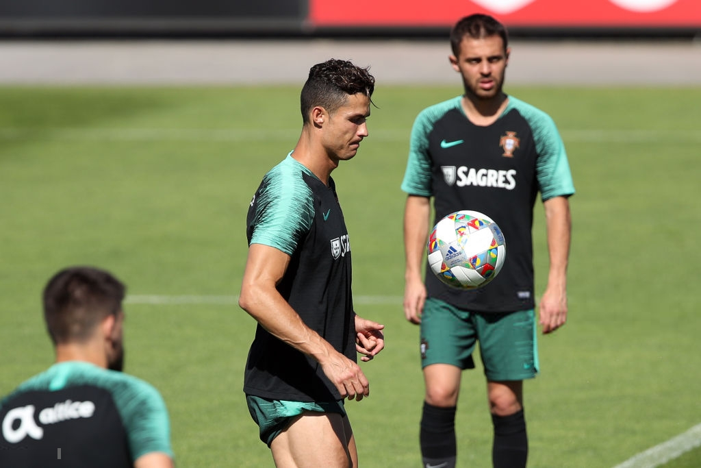 Bồ Đào Nha tập trung chuẩn bị bán kết Nations League: Chẳng gì chiếm spotlight tốt bằng cặp giò vĩ đại của Cristiano Ronaldo - Ảnh 2.
