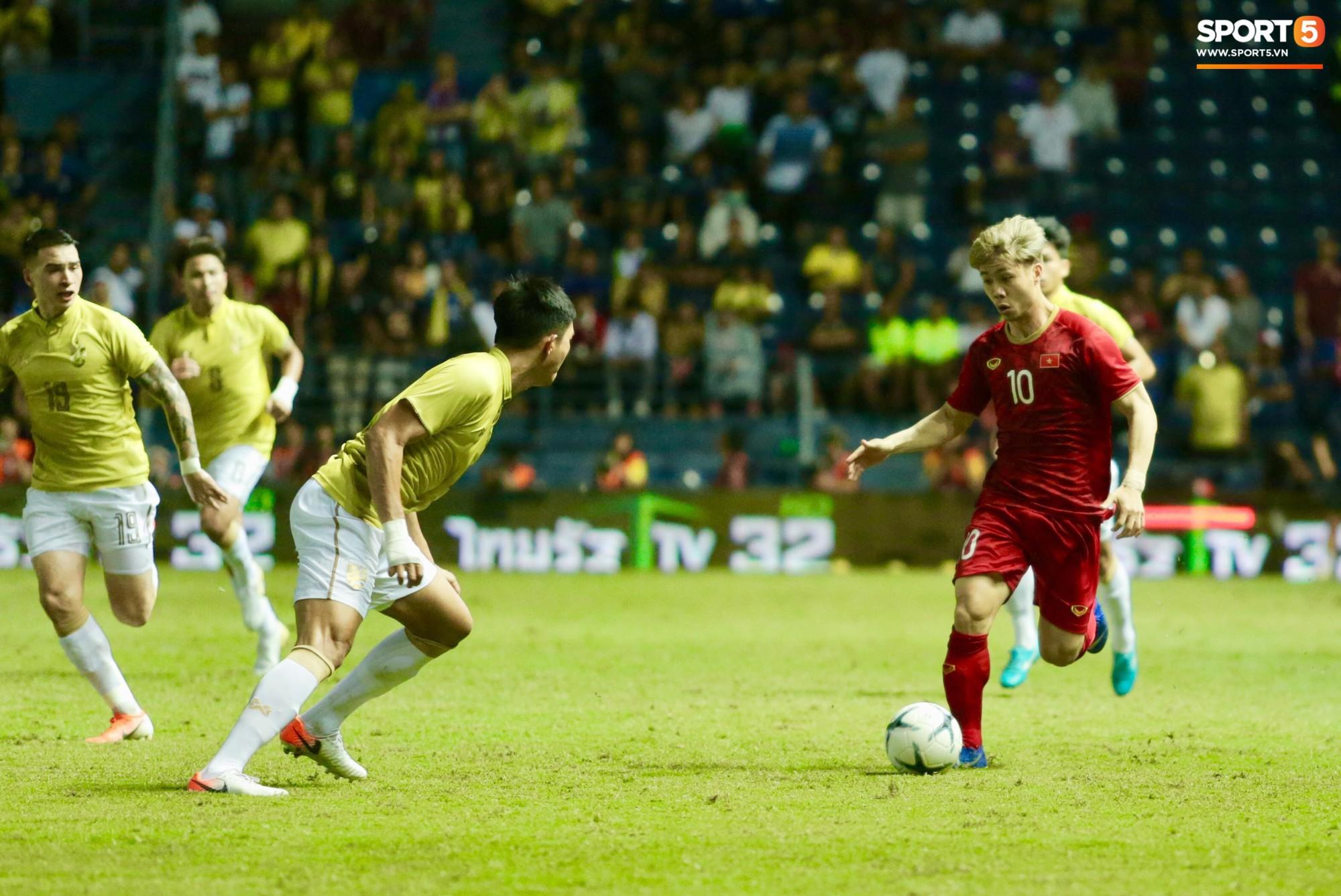 Công Phượng bị cầu thủ Thái Lan sút vào chỗ hiểm - Ảnh 1.