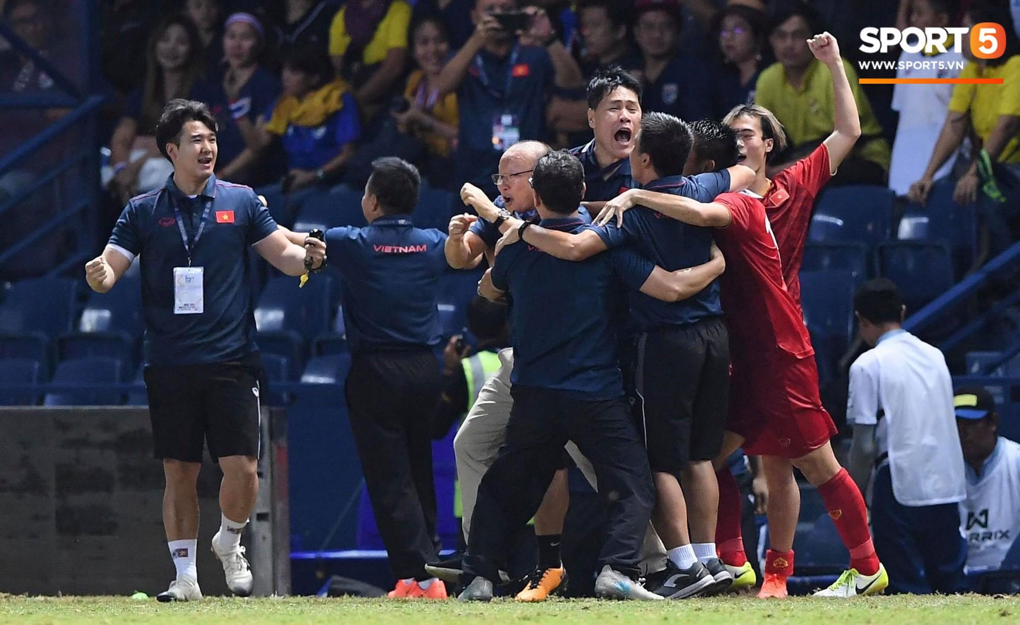 HLV Park Hang-seo ôm đầu tiếc nuối rồi vỡ òa sung sướng sau bàn thắng vàng của Anh Đức - Ảnh 2.