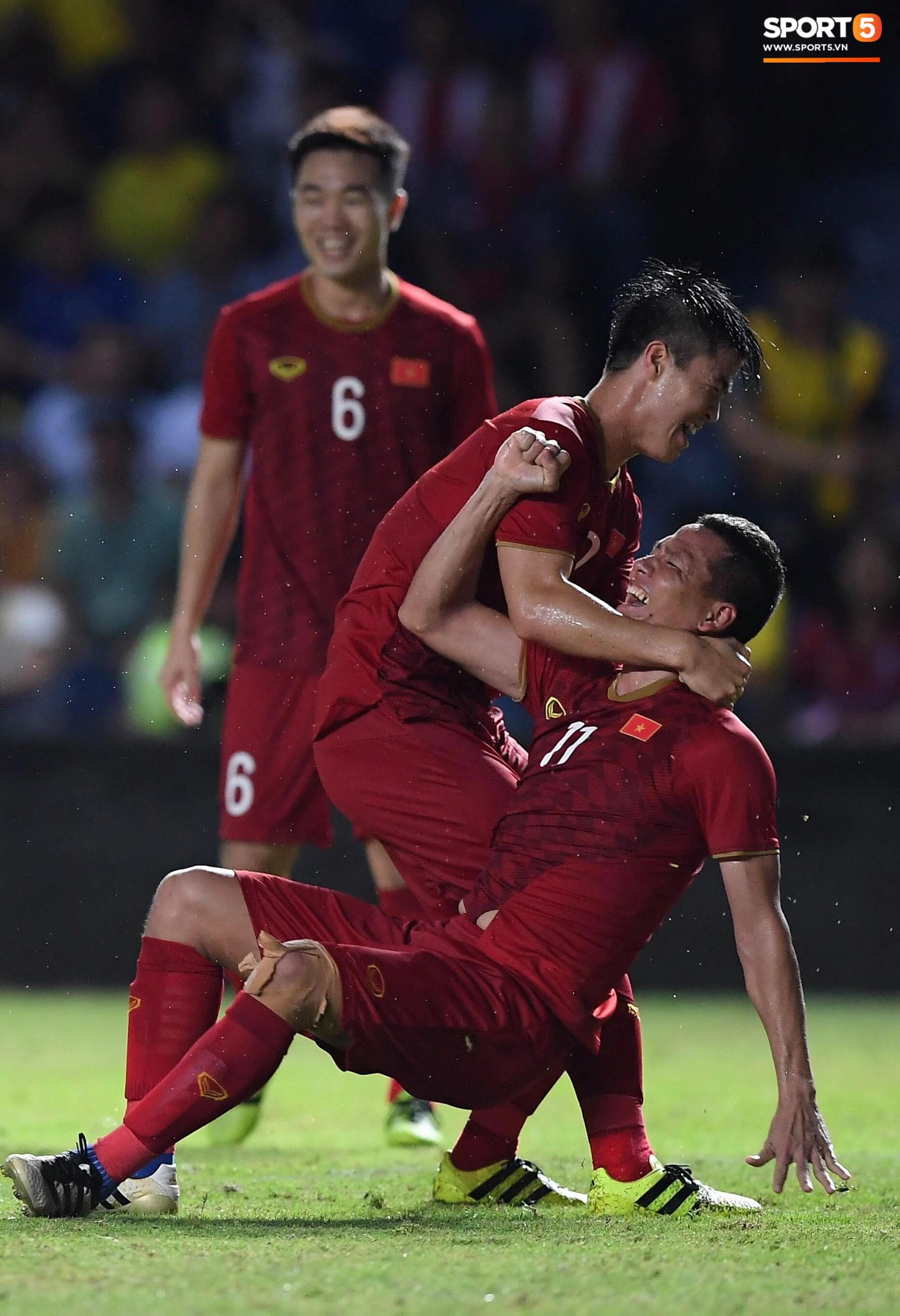 Anh Đức gục ngã đau đớn sau pha ghi bàn vào lưới Thái Lan nhưng vẫn kịp nở nụ cười mãn nguyện - Ảnh 2.