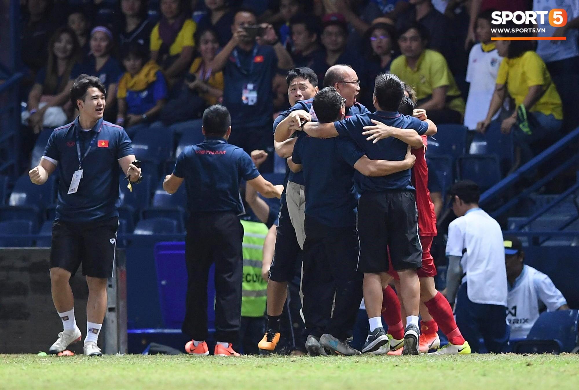 HLV Park Hang-seo ôm đầu tiếc nuối rồi vỡ òa sung sướng sau bàn thắng vàng của Anh Đức - Ảnh 3.