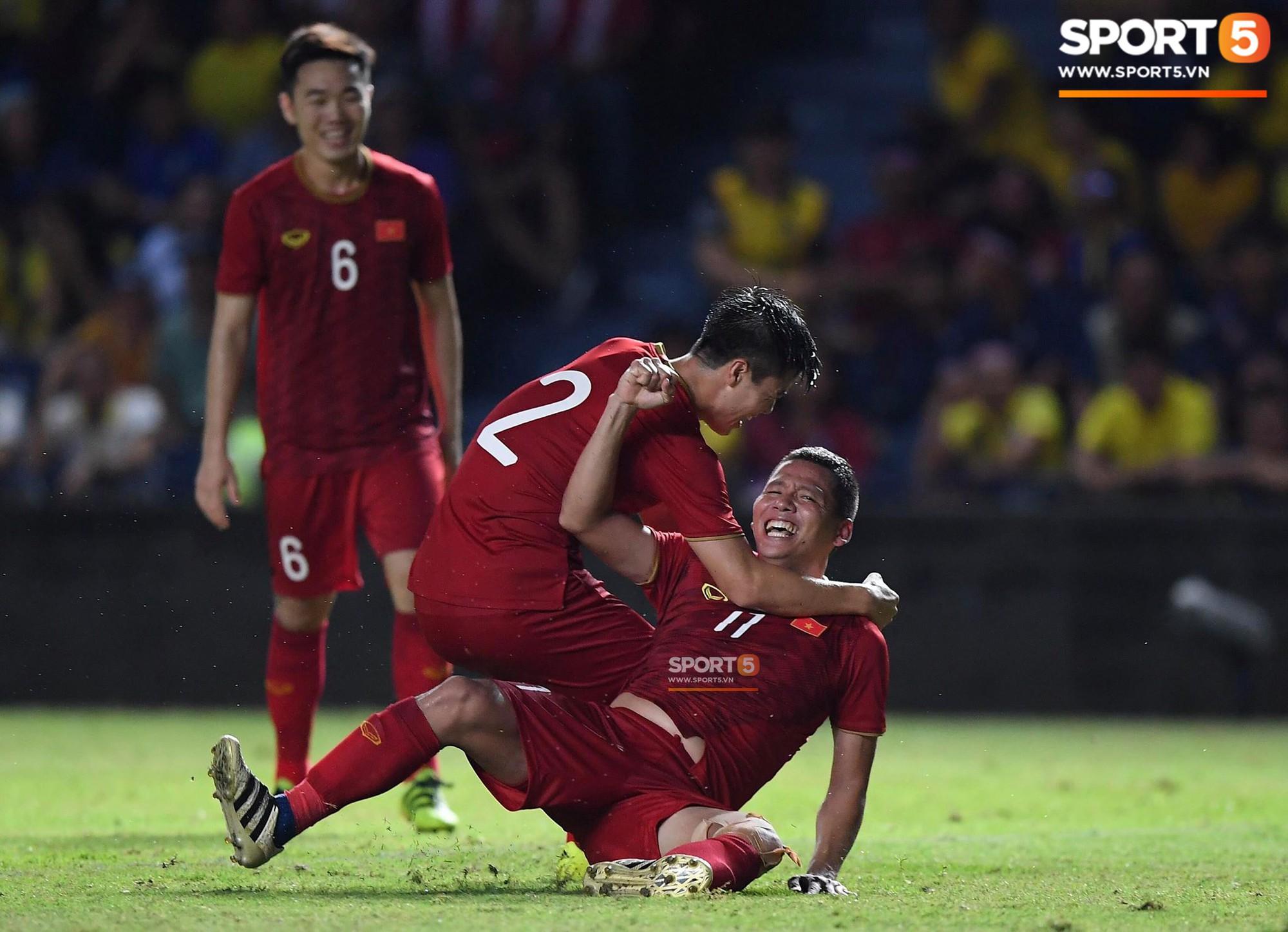 Anh Đức gục ngã đau đớn sau pha ghi bàn vào lưới Thái Lan nhưng vẫn kịp nở nụ cười mãn nguyện - Ảnh 3.