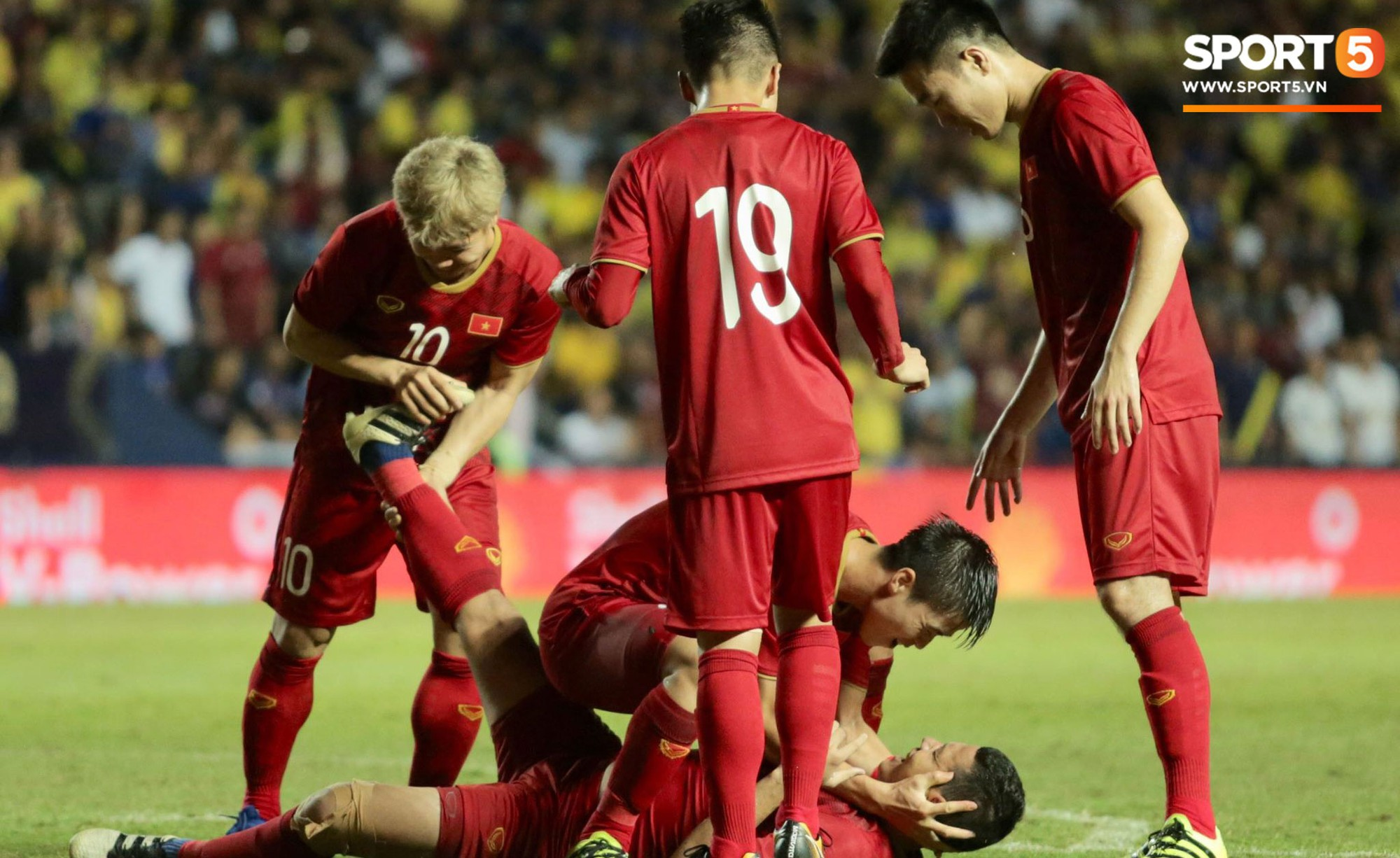 Anh Đức gục ngã đau đớn sau pha ghi bàn vào lưới Thái Lan nhưng vẫn kịp nở nụ cười mãn nguyện - Ảnh 4.