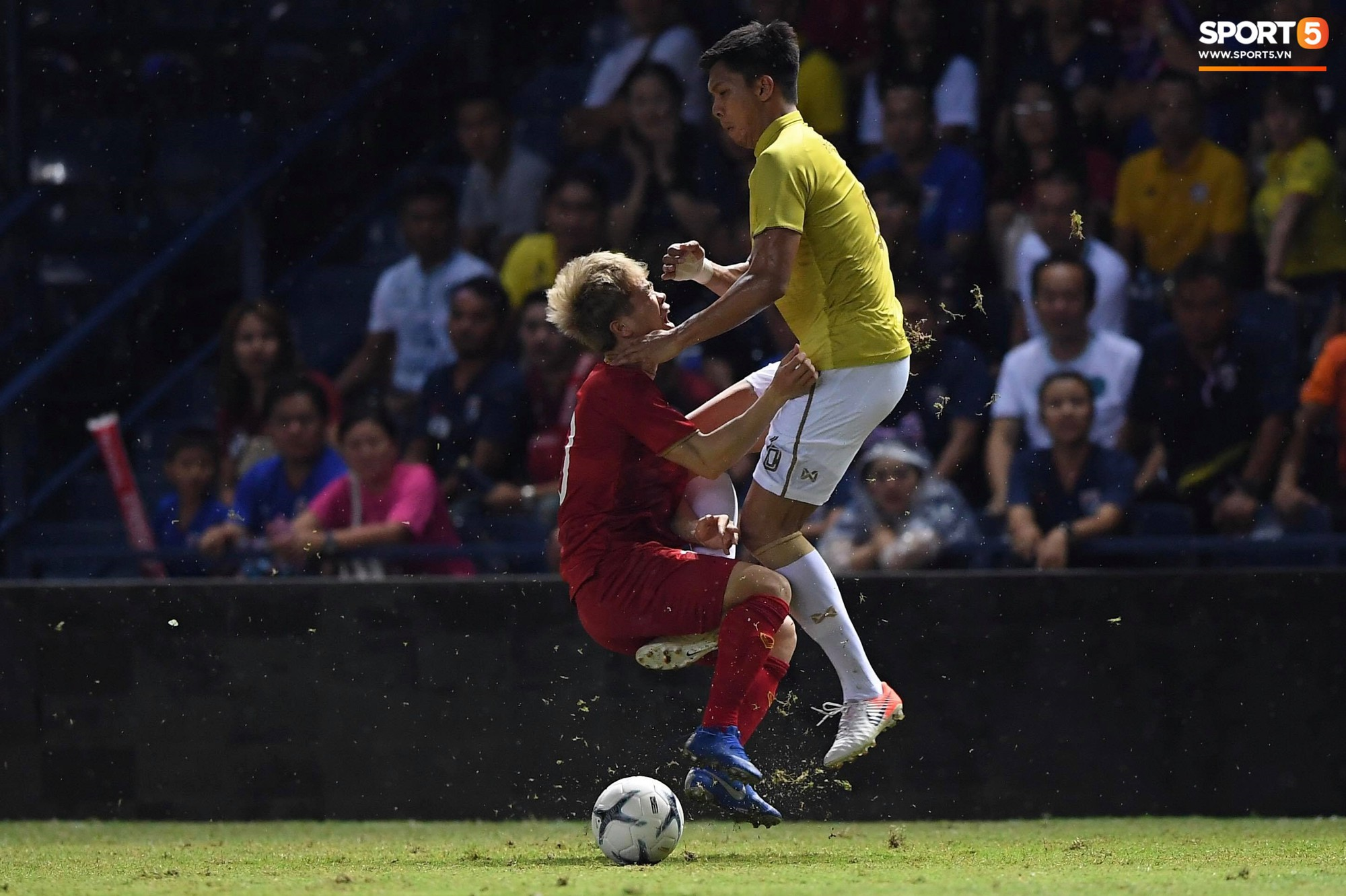 Công Phượng bị cầu thủ Thái Lan sút vào chỗ hiểm - Ảnh 4.