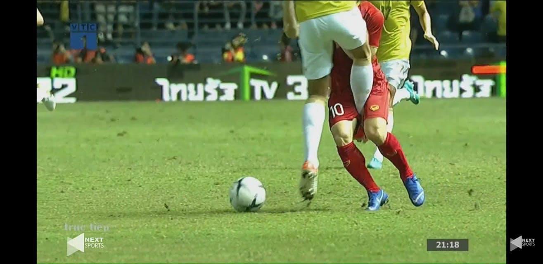 Công Phượng bị cầu thủ Thái Lan sút vào chỗ hiểm - Ảnh 5.