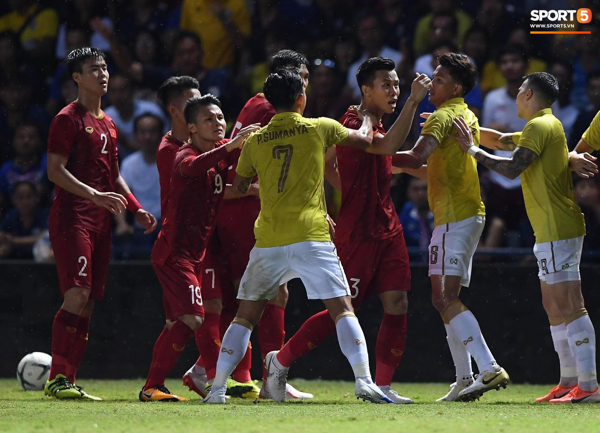 Công Phượng bị cầu thủ Thái Lan sút vào chỗ hiểm - Ảnh 7.