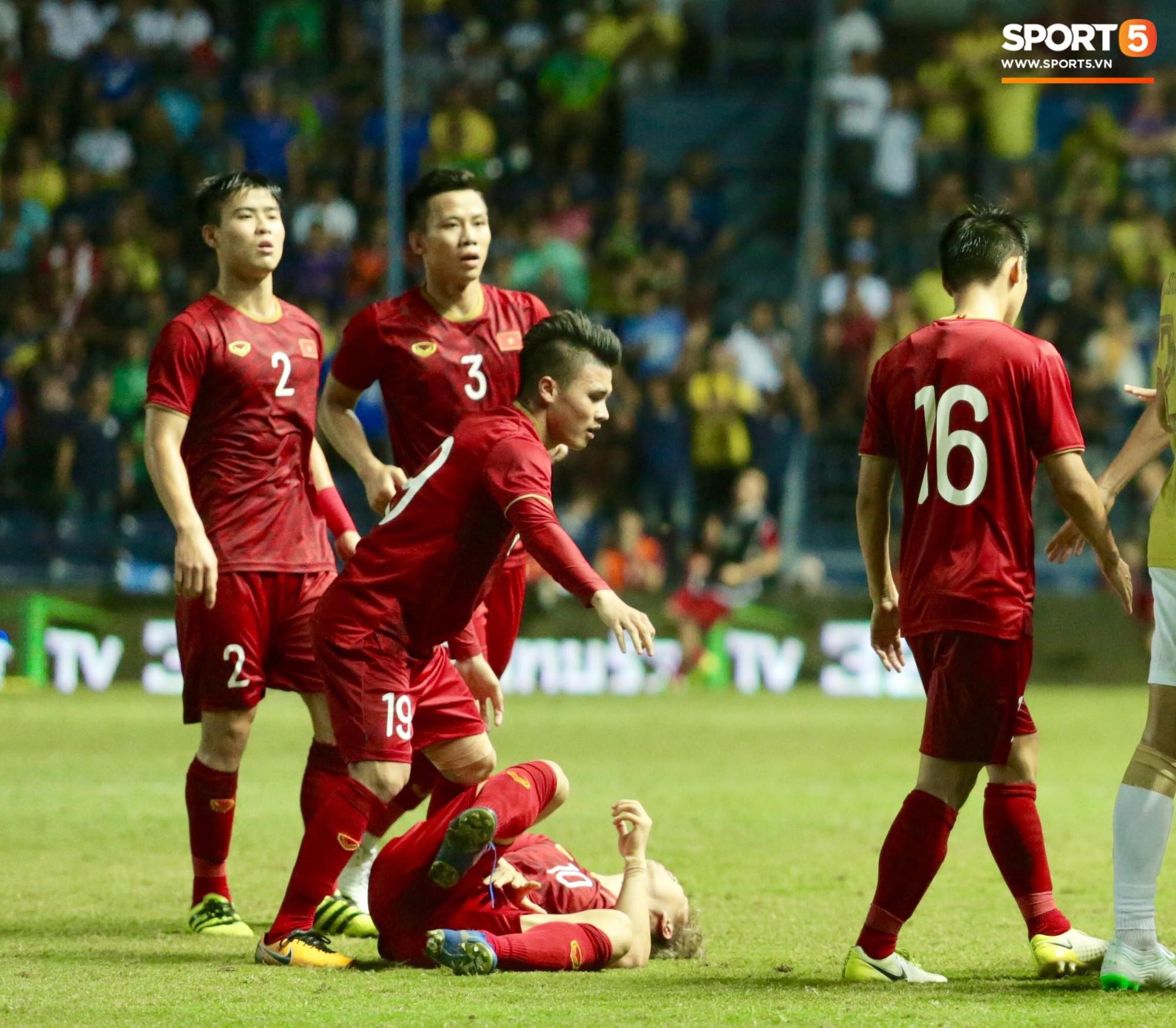 Công Phượng bị cầu thủ Thái Lan sút vào chỗ hiểm - Ảnh 8.