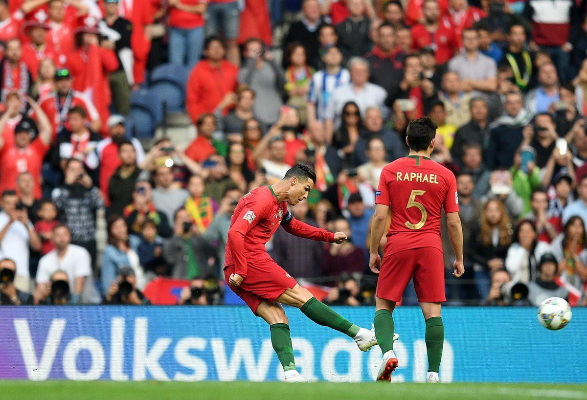 Siêu nhân Ronaldo một mình ghi 3 bàn thắng đẹp, gánh tuyển Bồ Đào Nha vào chơi trận chung kết UEFA Nations League - Ảnh 3.