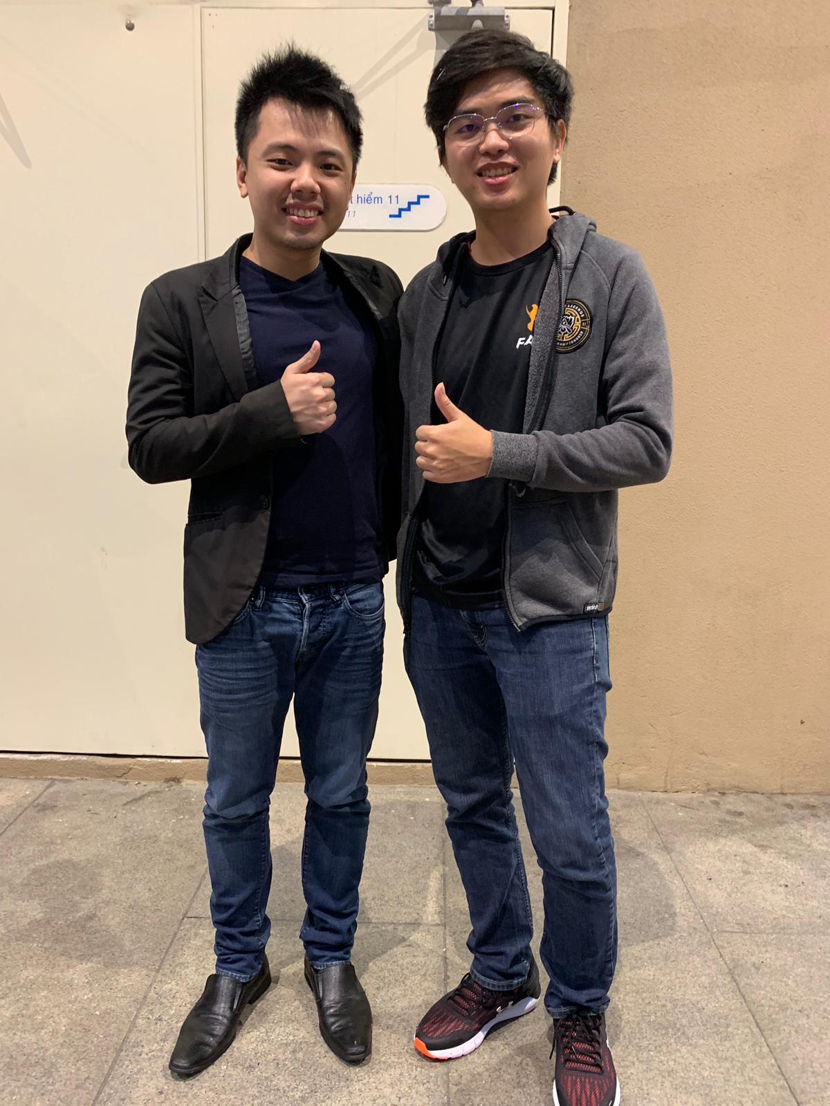 Ông Terence Ting (bên trái) cùng vận động viên Optimus của đội Team Flash LOL