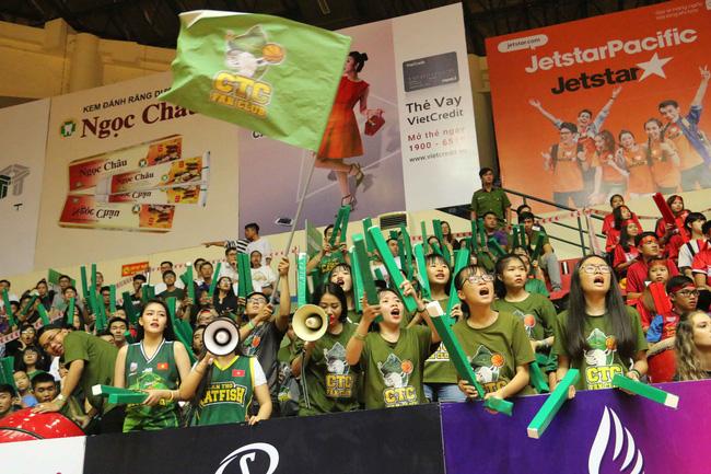 Fan nữ xinh đẹp tiếp lửa giúp Cantho Catfish đại thắng Saigon Heat - Ảnh 1.