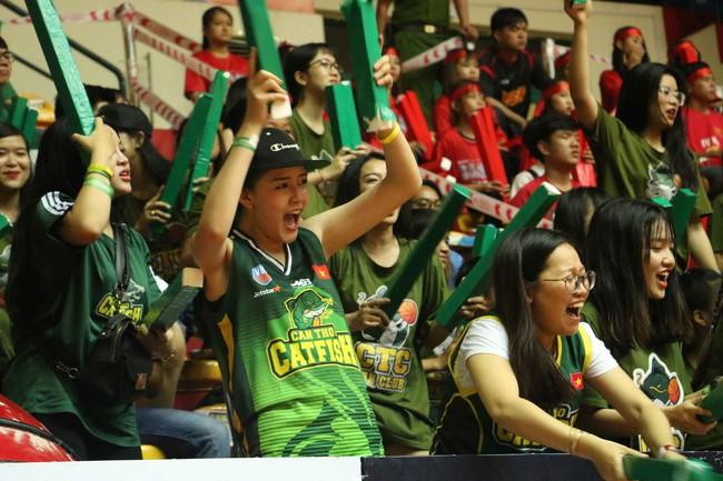 Fan nữ xinh đẹp tiếp lửa giúp Cantho Catfish đại thắng Saigon Heat - Ảnh 4.