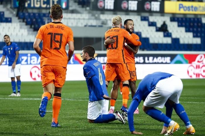 Hai ông lớn Italy và Hà Lan níu chân nhau, mất luôn ngôi đầu bảng - Ảnh 6.