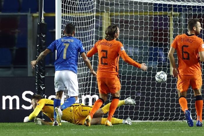 Hai ông lớn Italy và Hà Lan níu chân nhau, mất luôn ngôi đầu bảng - Ảnh 4.