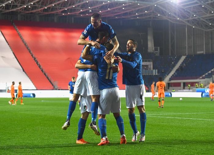 Hai ông lớn Italy và Hà Lan níu chân nhau, mất luôn ngôi đầu bảng - Ảnh 3.