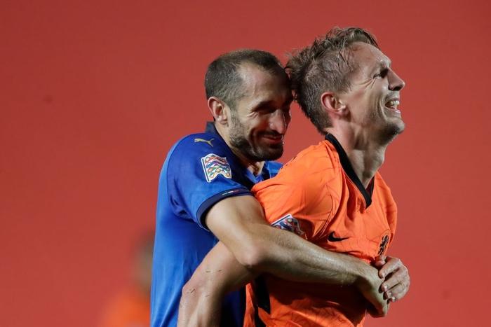 Hai ông lớn Italy và Hà Lan níu chân nhau, mất luôn ngôi đầu bảng - Ảnh 2.
