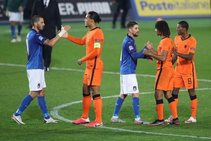 Hai ông lớn Italy và Hà Lan níu chân nhau, mất luôn ngôi đầu bảng - Ảnh 1.