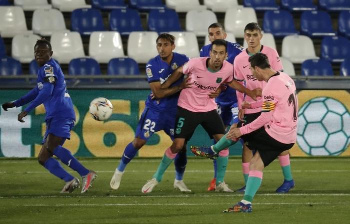 Messi bị đánh cùi chỏ, nằm sân đau đớn trong thất bại bất ngờ của Barcelona - ảnh 7