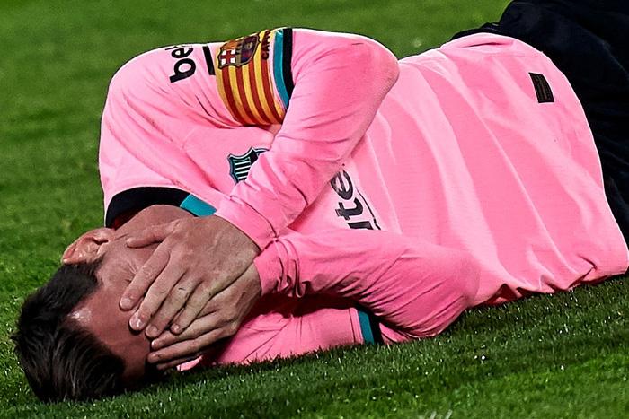 Messi bị đánh cùi chỏ, nằm sân đau đớn trong thất bại bất ngờ của Barcelona - ảnh 3