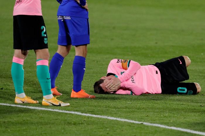 Messi bị đánh cùi chỏ, nằm sân đau đớn trong thất bại bất ngờ của Barcelona - ảnh 2