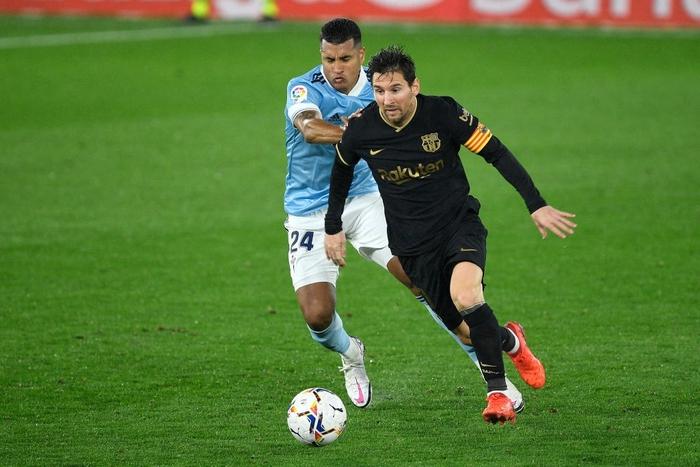 Messi solo khiến đối thủ phản lưới, Barcelona lại thắng tưng bừng dù phải chơi với 10 người - Ảnh 1.
