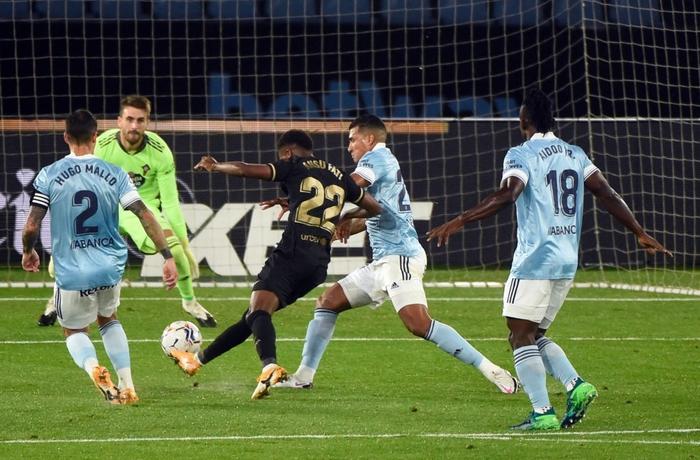 Messi solo khiến đối thủ phản lưới, Barcelona lại thắng tưng bừng dù phải chơi với 10 người - Ảnh 2.
