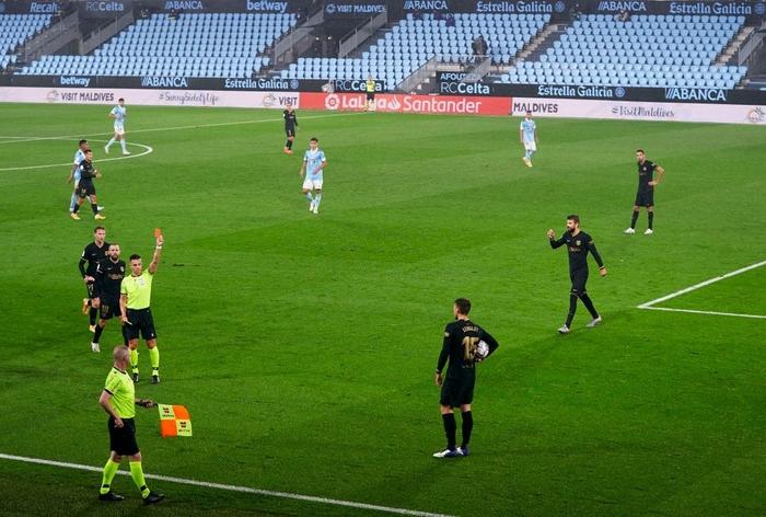 Messi solo khiến đối thủ phản lưới, Barcelona lại thắng tưng bừng dù phải chơi với 10 người - Ảnh 4.