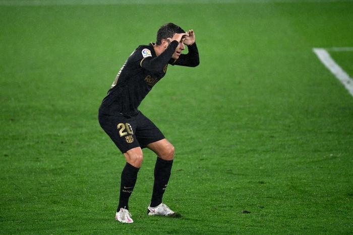 Messi solo khiến đối thủ phản lưới, Barcelona lại thắng tưng bừng dù phải chơi với 10 người - Ảnh 8.