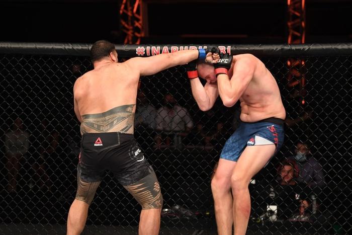 Nhọ như võ sĩ cao nhất UFC: Đã bị đối thủ hành cho ra bã lại còn dính phải một cú đòn từ trên trời rơi xuống - Ảnh 2.