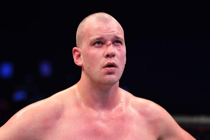 Nhọ như võ sĩ cao nhất UFC: Đã bị đối thủ hành cho ra bã lại còn dính phải một cú đòn từ trên trời rơi xuống - Ảnh 5.