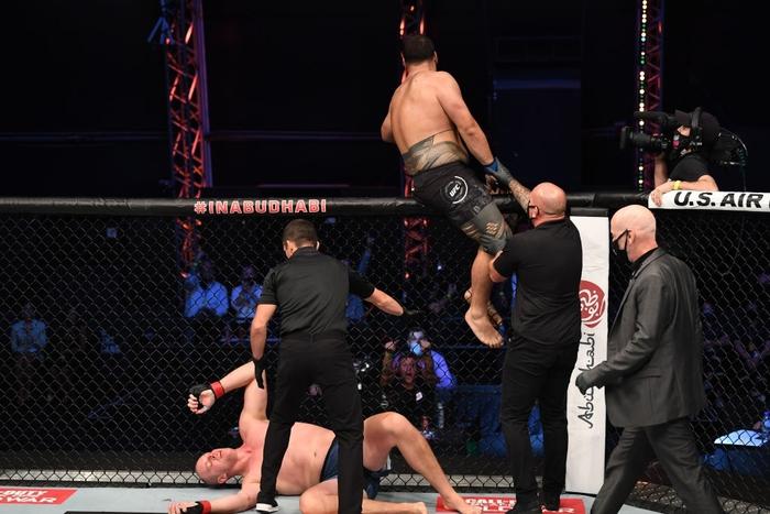 Nhọ như võ sĩ cao nhất UFC: Đã bị đối thủ hành cho ra bã lại còn dính phải một cú đòn từ trên trời rơi xuống - Ảnh 3.