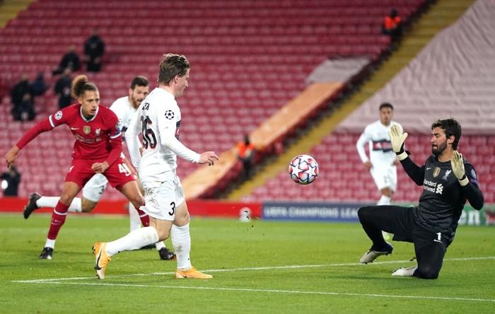 Liverpool trả giá đắt cho chiến thắng hú vía ở Champions League - Ảnh 7.