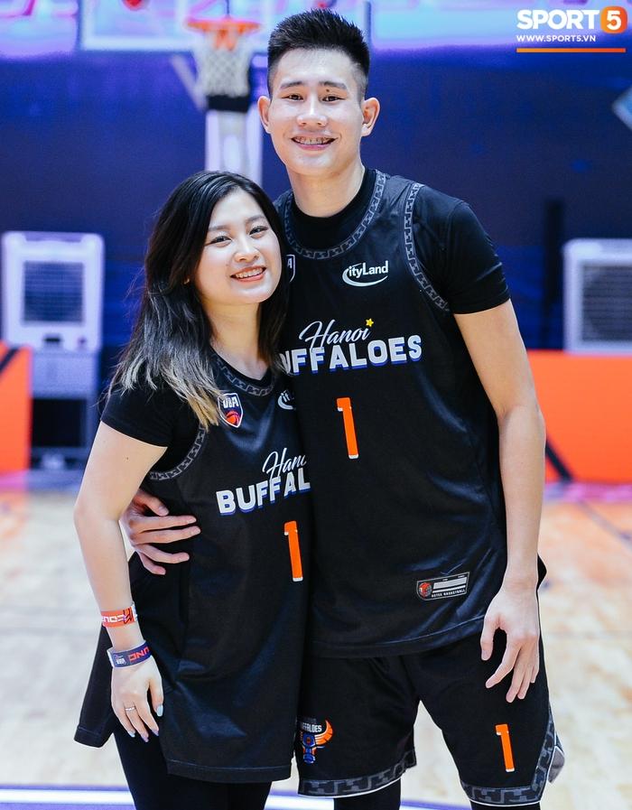 Bạn gái vượt hơn 1000 cây số tới sân cổ vũ, trai đẹp Hanoi Buffaloes lập kỷ lục cá nhân trong ngày thắng ngược Danang Dragons - Ảnh 1.