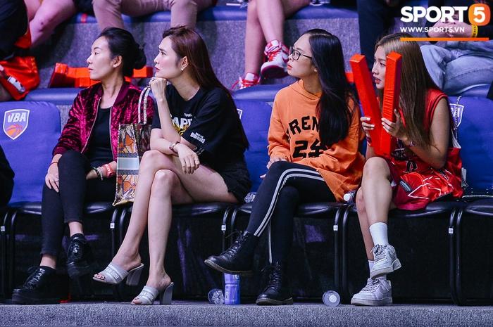 Liz Thùy Linh diện mốt áo trùm quần và loạt biểu cảm đáng yêu khi xuất hiện tại VBA Arena - Ảnh 4.