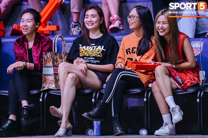 Liz Thùy Linh diện mốt áo trùm quần và loạt biểu cảm đáng yêu khi xuất hiện tại VBA Arena - Ảnh 3.