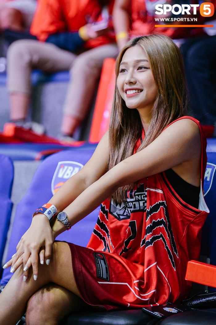 Liz Thùy Linh diện mốt áo trùm quần và loạt biểu cảm đáng yêu khi xuất hiện tại VBA Arena - Ảnh 8.