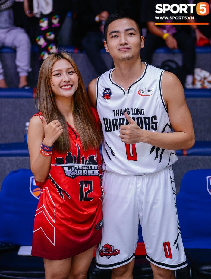 Liz Thùy Linh diện mốt áo trùm quần và loạt biểu cảm đáng yêu khi xuất hiện tại VBA Arena - Ảnh 9.