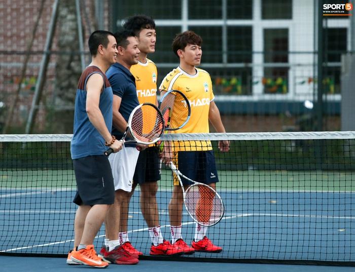 Xuân Trường mượn vợt người dân chơi tennis, không giấu nổi vẻ mặt thoả mãn - ảnh 1