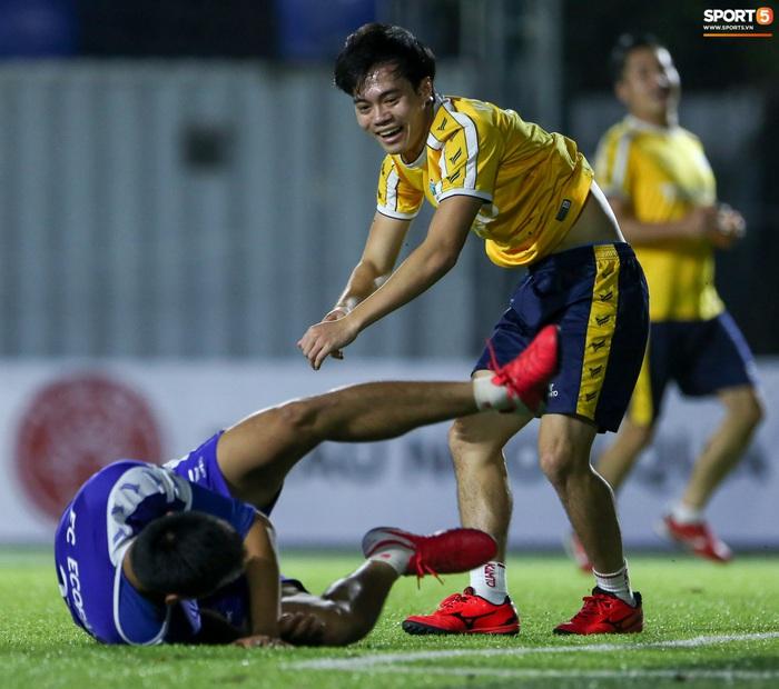 Văn Toàn khiến Phan Hải ngã sõng xoài, làm tất cả trầm trồ với tốc độ khác người trong trận đấu từ thiện - Ảnh 6.
