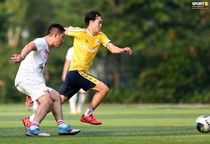 Văn Toàn khiến Phan Hải ngã sõng xoài, làm tất cả trầm trồ với tốc độ khác người trong trận đấu từ thiện - Ảnh 2.