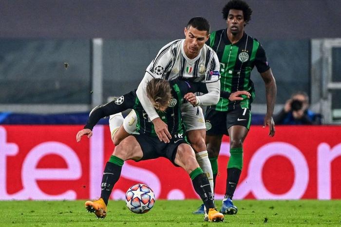 Ronaldo ghi bàn đưa Juventus vào vòng knock-out Champions League - ảnh 2